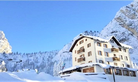 Dolomiti, Passo Falzarego: camera in mezza pensione e ski bus all'Hotel Al Sasso di Stria – Prezzo a persona